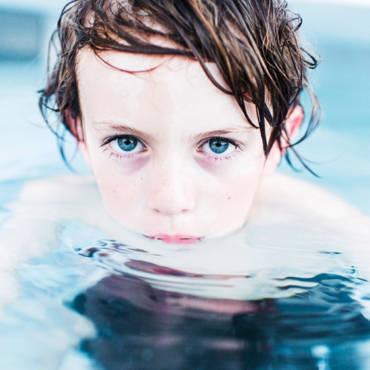 ¿Alergia al cloro? Cúbrete de vaselina deportiva y a nadar
