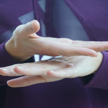 Vaselina deportiva en el dorso de las manos